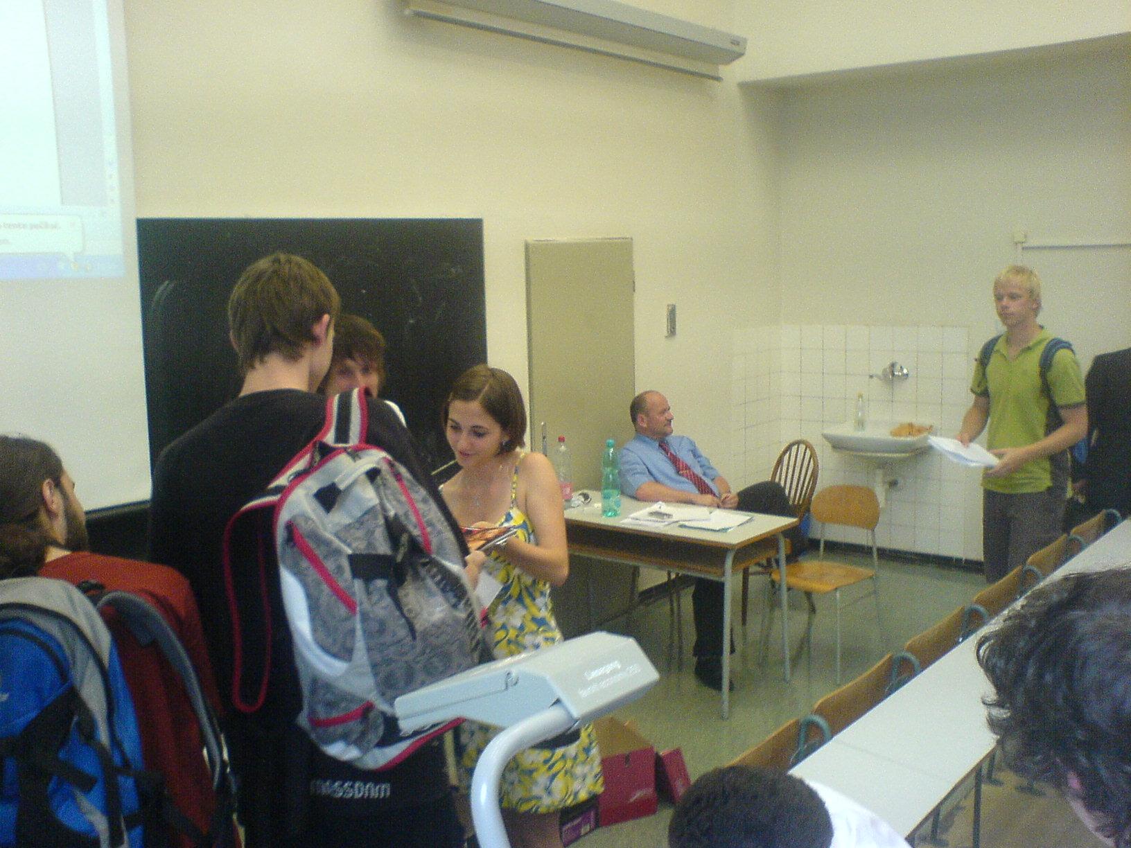 Zkouška - Právní aspekty podnikání - sličná praktikantka pana Šejnosta nám byla k dispozici. :)