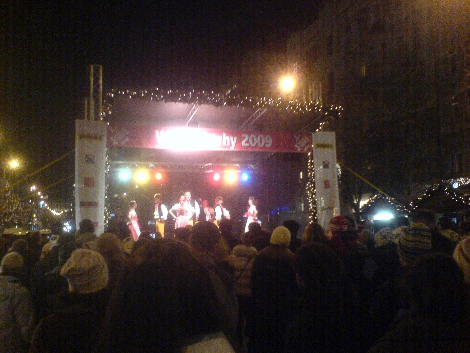 Večer na Václaváku o Vánocích je ta správná atmosféra.