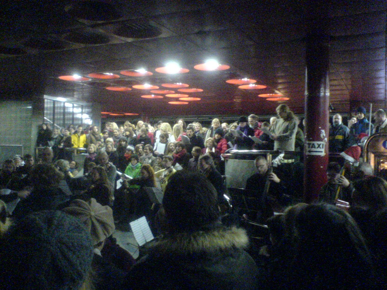 Před Vánoci lidem na hlavním nádraží zpříjemňovala čekání na vlak Rybova mše.