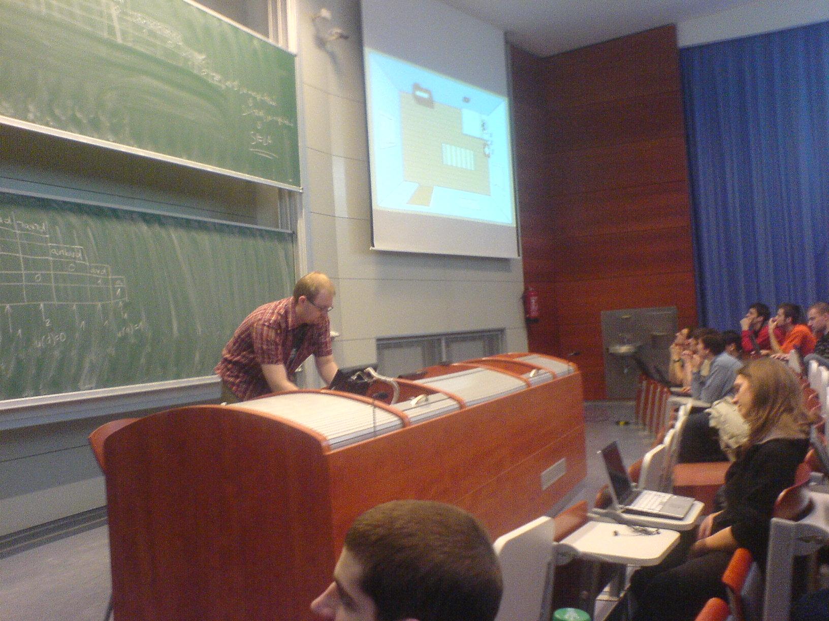 Přednáška Objektové modelování - pan Píše pouští před přednáškou odlehčující video.