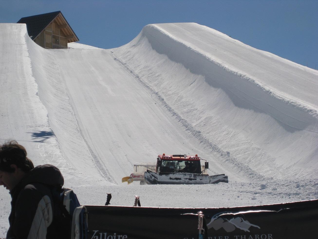 Údržba U rampy ve snow parku.