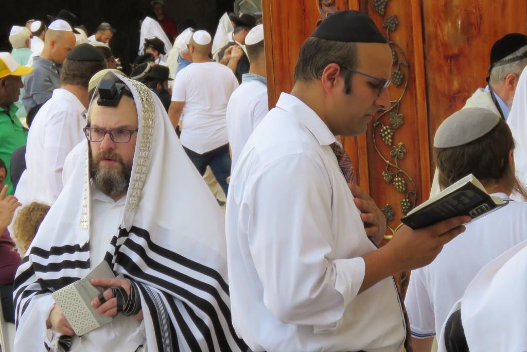 Židé v ulicích Jeruzaléma, slavnostní talit a tfilin a kožešinový Shtreimel