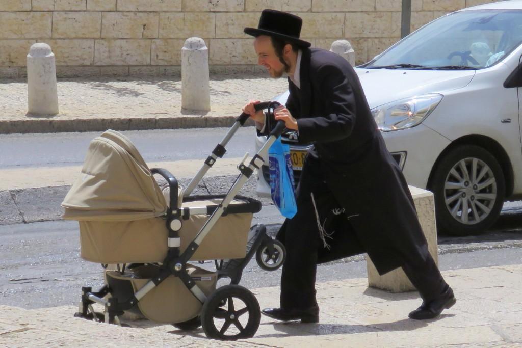 Židé v ulicích Jeruzaléma, tradiční běžný oděv