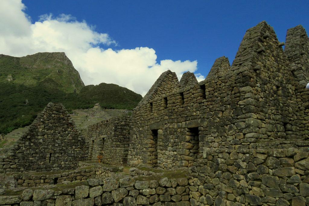 pohled z města na Montaňa Machu Picchu